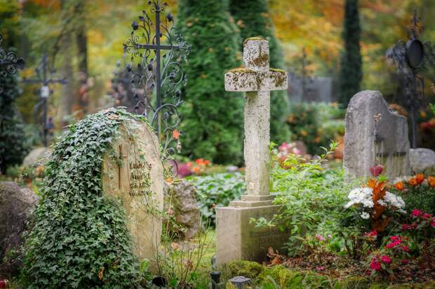 Мужчину принудили убрать с кладбища памятник отцу из-за сходства с Гитлером