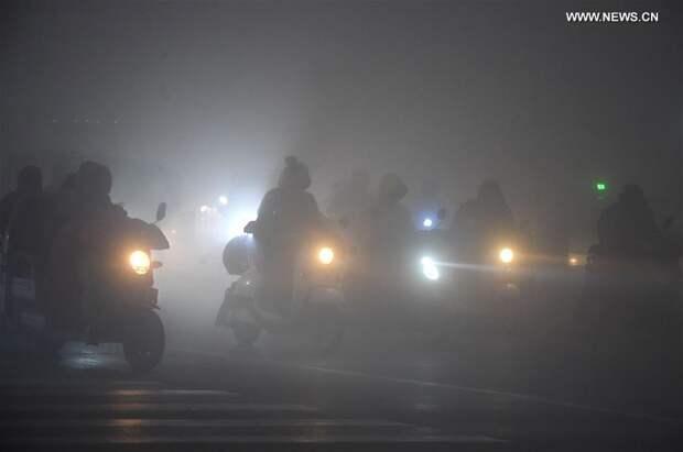 Китай впервые в истории объявил «красный» уровень опасности из-за ужасного смога