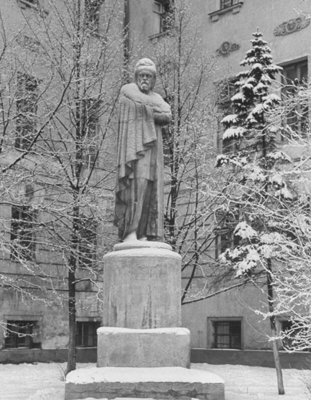 Памятник Герцену во дворе Московского Университета.
