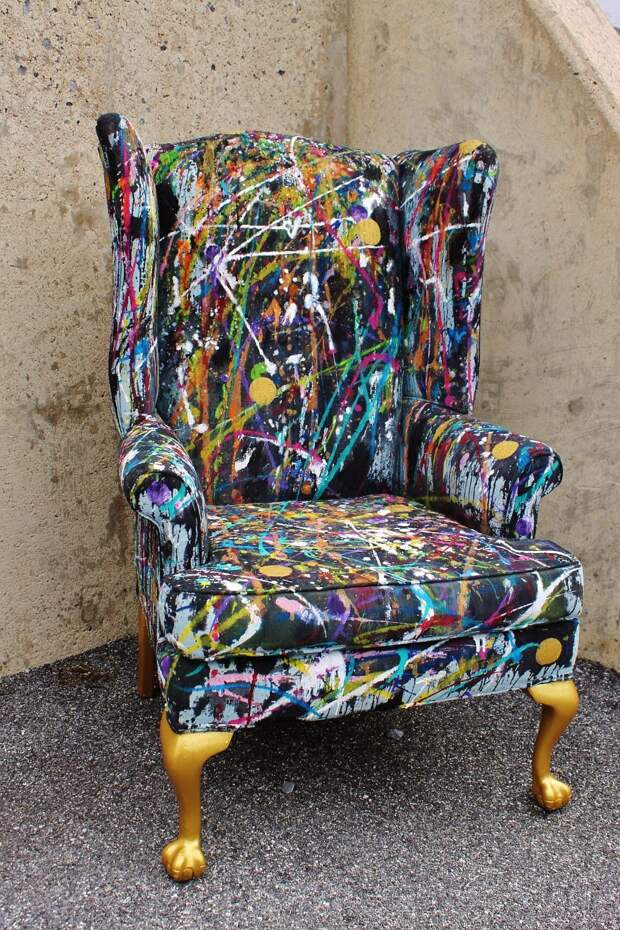 Девушка кидала ведра с краской на старый стул. И вот что у нее получилось