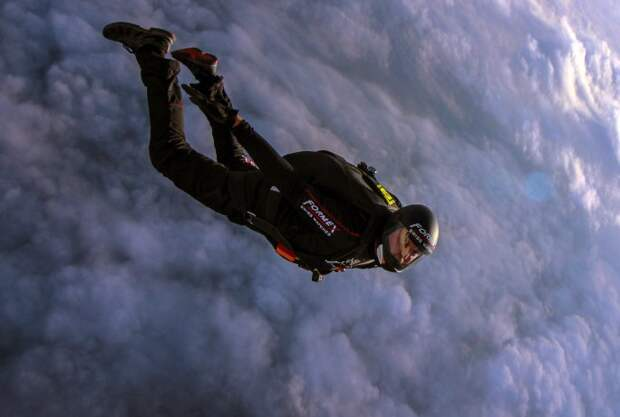 Швейцарский парашютист совершил уникальный прыжок в струйное течение, где скорость ветра  400 км в час