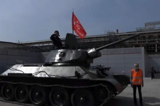 Автор «чуда в кукурузном поле» проехал на танке в День Победы