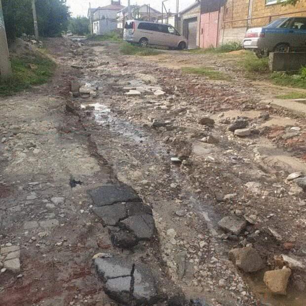 Ночной ливень размыл одну из улиц Симферополя так, что жители не смогли выехать из дома. ФОТО