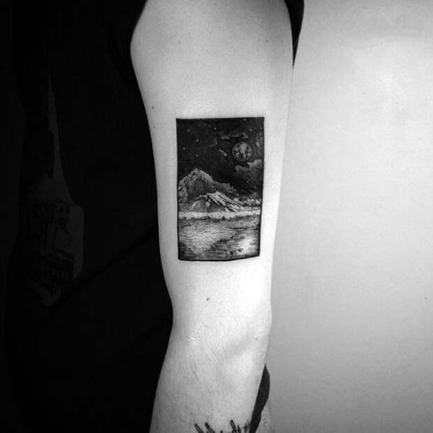 Татуировка с изображением пейзажа.
