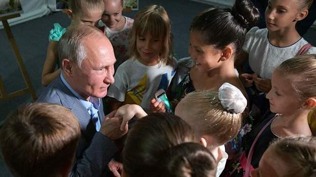 Владимир Путин считает важным не только отговаривать женщин делать аборты, но и помогать им поставить ребенка на ноги