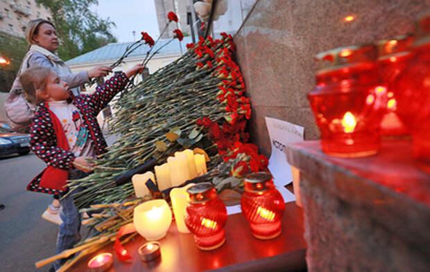 Москвичи несут цветы к зданию представительства Татарстана