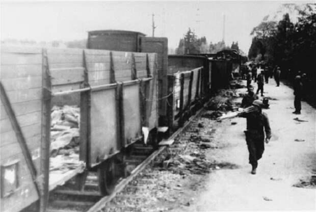 Вдоль эшелона проходят военнослужащие, которые остановили поезд.