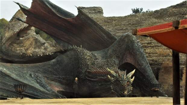 Дейенерис и её дракон прибывают в драконье логово (Италика) в 7-м сезоне Игры престолов. \ Фото: watchersonthewall.com.