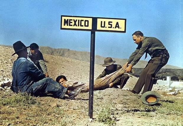 Пограничный патруль США пытается перетянуть преступника через границу, чтобы он не убежал в Мексику. 1920 год.
