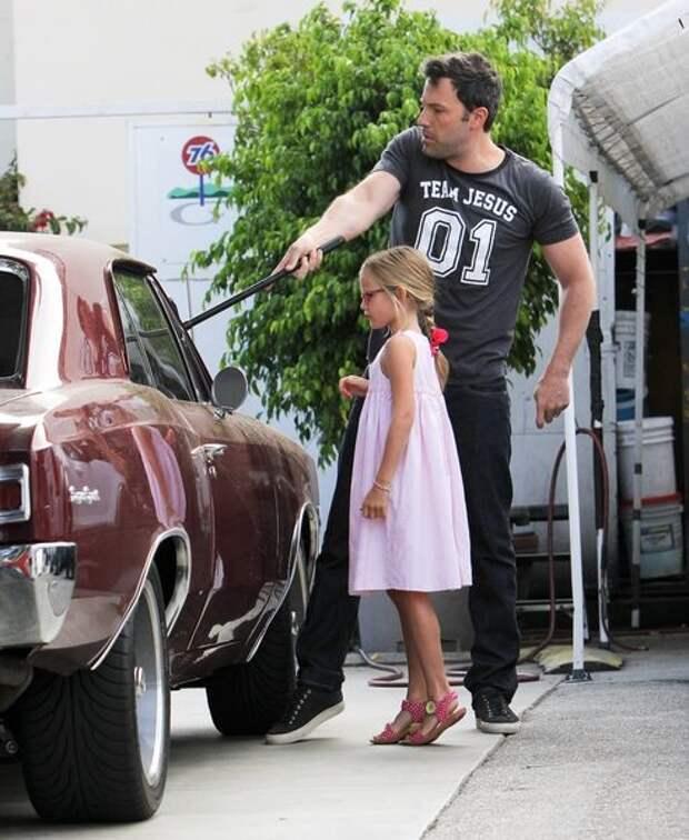 5. Бен Аффлек моет машину с дочерью знаменитости, мойка машин, фото