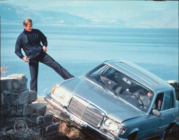 Роджер Мур и его девушки на съемках двенадцатого фильма о Джеймсе Бонде «Только для твоих глаз»(1981).