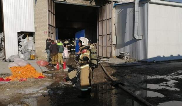 В Ставрополе тушат пожар в цехе по производству перчаток