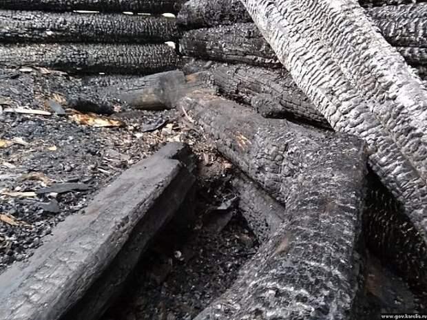 В омском поселке сгорели сразу пять домов