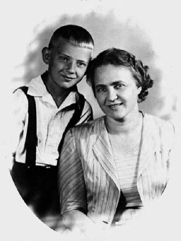 Советский автор-исполнитель песен, киноактёр, журналист, прозаик.
