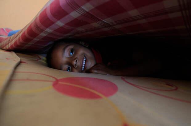 Ребёнок под одеялом