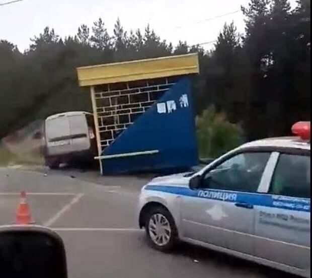 Водитель влетел в остановку с людьми в Балахнинском округе