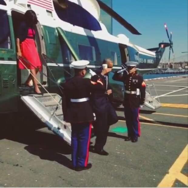 Обаму высмеяли в Twitter за воинское приветствие со стаканом в руке