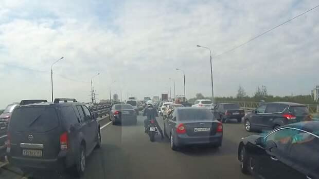 Байкер помог машине скорой помощи проехать через пробку в Петербурге