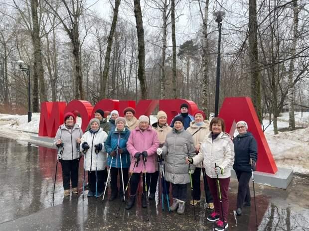 В Бабушкинском парке возобновились бесплатные занятия скандинавской ходьбой