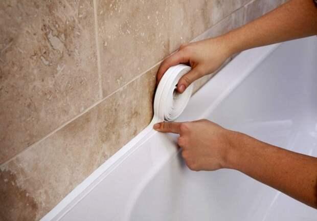как закрыть щель в ванной
