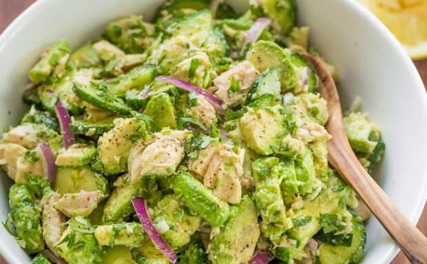 Смешали 2 банки тунца и 2 авокадо: можно есть как салат, а можно намазывать на хлеб