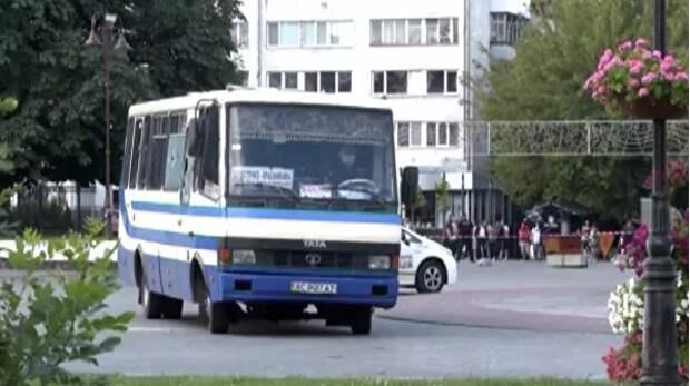 Мужчина, захвативший автобус в Луцке, отпустил трех заложников