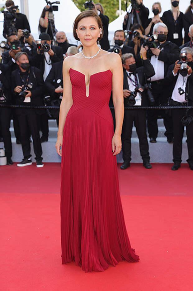 Мэгги Джилленхол в Versace