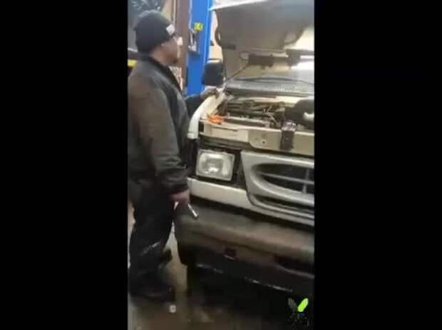 Когда ваш друг запускает свой двигатель в первый раз после ремонта, и вы просто оказались рядом