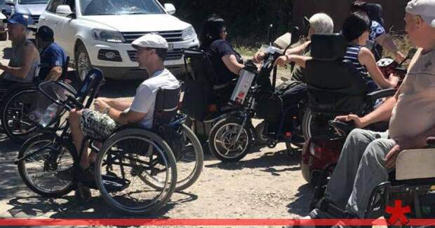 «Это ФСБ»: Сакским колясочникам запретили встречаться с Аксеновым