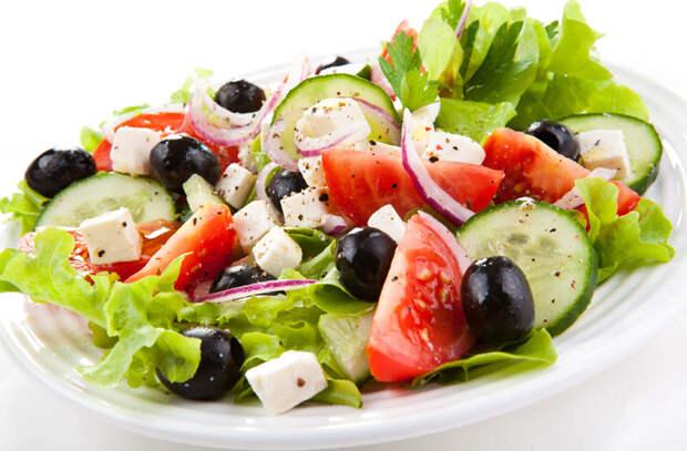 10 разных салатов из огурцов: теперь едим и не надоедает