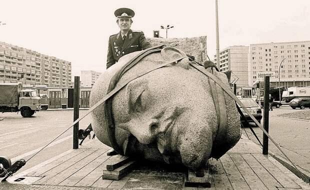Демонтаж статуи Ленина. Берлин. ФРГ. 1991 год.