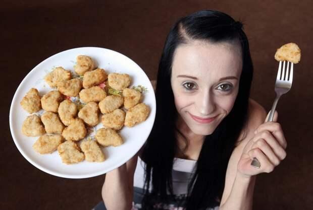 Куриная слепота: мать троих детей весит 32кг иможет ослепнуть из-за того, что ест только наггетсы