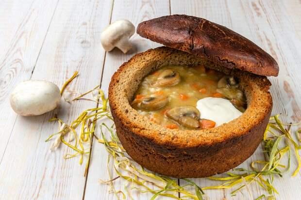 Грибной суп с рисом и овощами (в хлебе)