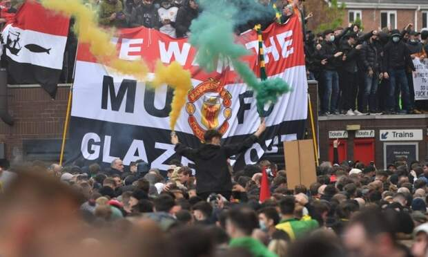 Фанаты «МЮ» снова устроили акцию протеста перед матчем против «Ливерпуля»