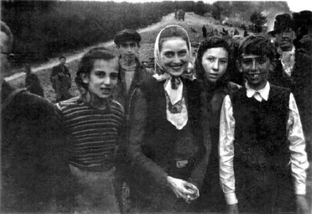 Дети разного возраста, находившиеся в заключении.