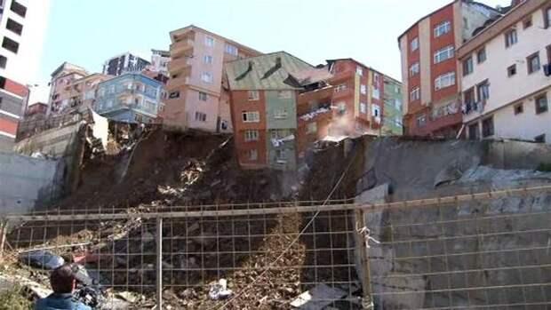 Превентивная эвакуация: вСтамбуле обрушилось жилое здание