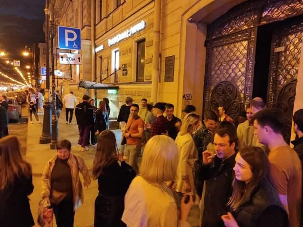 Ночью силовики пришли на вечеринку в общественном пространстве «Третье место». Посетителей выстроили в очередь