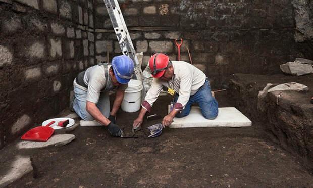 При реконструкции исторического здания, рабочие наткнулись на необычные базальтовые плиты.