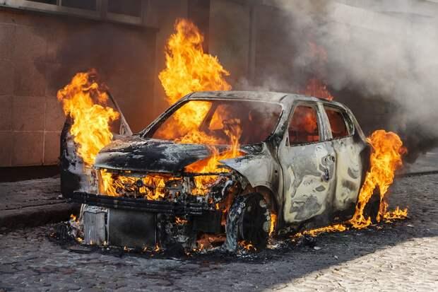 Машину бывшего игрока СКА сожгли вцентре Петербурга. Нанее бросили бутылку сзажигательной смесью