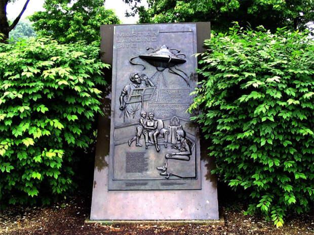 Памятник мнимому приземлению марсиан, установленный в Гроверс-Милл, - именно в этом местечке, по версии радиопостановки, приземлились марсиане
