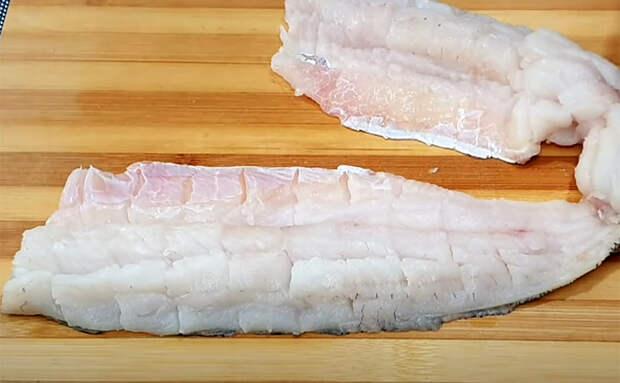 Рыба в сковороде стала почти как на мангале. Надрезаем особым образом, а потом маринуем почти насквозь