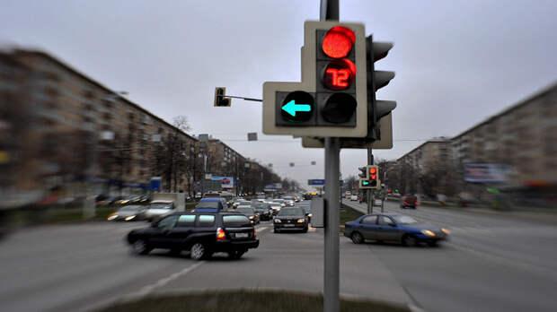 Можно ли развернуться, если горит «стрелка», а основной светофор красный? Ответ инспектора ГИБДД