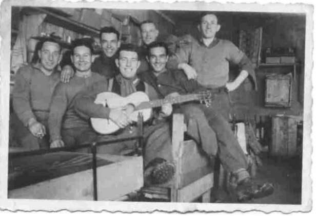 Шоколад, комедии, футбол. Как сидели пленные американцы в концлагерях СС.