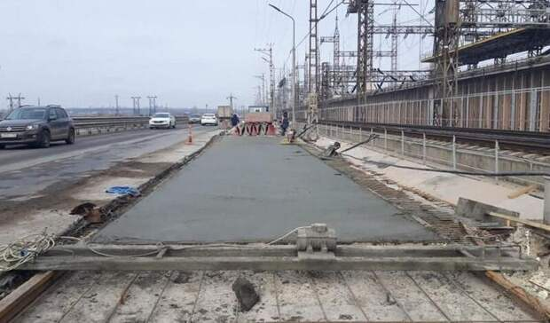 На мосту через ГЭС приступили к гидроизоляции швов