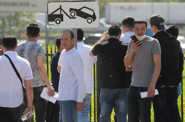 Паника охватила трудовых мигрантов. Они перекрывают шоссе, требуя патентов