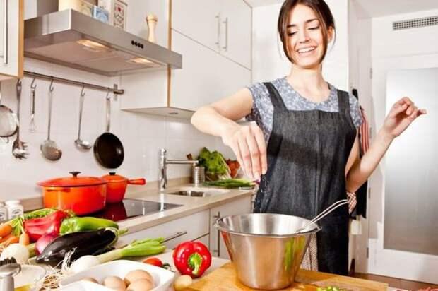 8. Они убирают кухню во время готовки люди, порядок, чистота