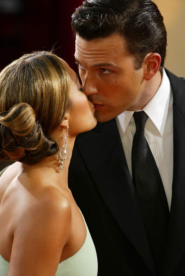 Самый ожидаемый поцелуй года! Бен Аффлек и Дженнифер Лопес не скрывали чувств за семейным ужином