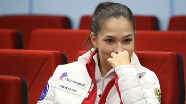 Константинова попыталась поймать ртом подброшенную клубнику и получила ею по носу: смешное видео