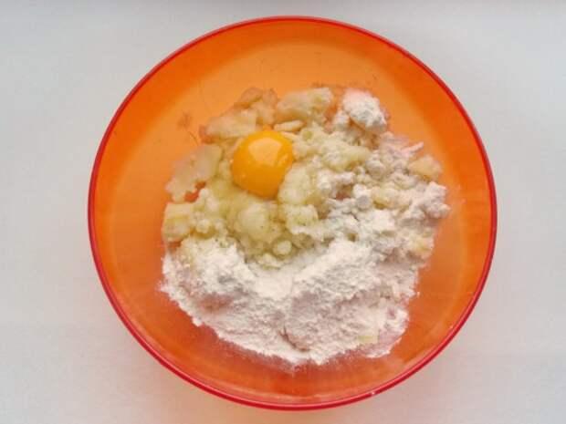 В картофельное пюре добавить:яйцо, муку, соль, перец и все тщательно перемешать