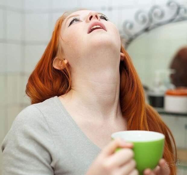 девушка полоскает горло настоем календулы